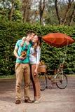 Les jeunes et joyeux couples embrassant et se tenant avec la vieille photo sont venus Photo libre de droits