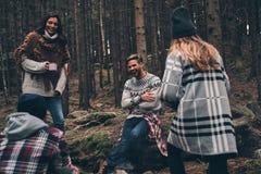 Les jeunes et libèrent Groupe des jeunes heureux se tenant autour du Images stock