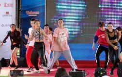 Les jeunes exécutent une danse moderne Photo stock