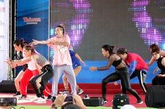 Les jeunes exécutent une danse moderne Images libres de droits