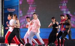 Les jeunes exécutent une danse moderne Image libre de droits
