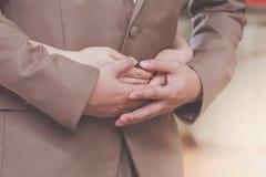 Les jeunes expriment l'amour avec une poignée de main comme symbole de l'amour Photographie stock