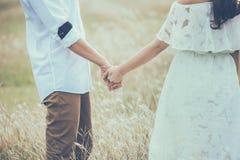 Les jeunes expriment l'amour avec une poignée de main comme symbole de l'amour Images stock