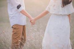 Les jeunes expriment l'amour avec une poignée de main comme symbole de l'amour Images libres de droits