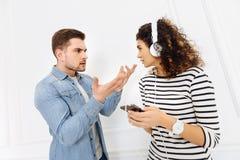 Les jeunes fâchés discutant les uns avec les autres Photographie stock libre de droits