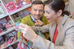 Les jeunes faisant des emplettes dans le supermarché Images libres de droits