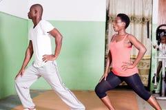 Les jeunes faisant des exercices de forme physique Photographie stock