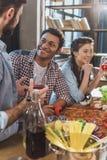 Les jeunes faisant la fête à la maison Photo libre de droits