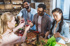 Les jeunes faisant la fête à la maison Image libre de droits