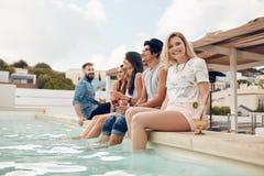 Les jeunes faisant la fête par le poolside Photo libre de droits