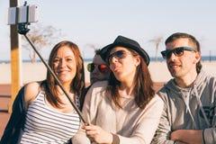 Les jeunes faisant un selfie Photos libres de droits