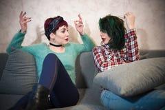 Les jeunes femmes couplent parler avec l'empathie Images stock