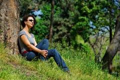 Les jeunes femmes détend en vert Photo stock