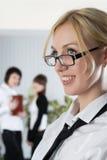 La jeune femme d'affaires au bureau avec des collègues Images libres de droits
