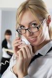 La jeune femme d'affaires au bureau avec des collègues Images stock