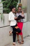 Les jeunes femmes d'affaires se trouvent pour un accord Image stock