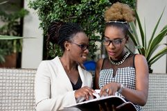 Les jeunes femmes d'affaires se trouvent pour un accord photos stock