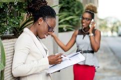 Les jeunes femmes d'affaires se trouvent pour un accord Photos libres de droits