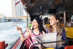 Les jeunes femmes de touristes apprécient le tour de bateau Images libres de droits