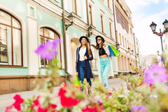 Les jeunes femmes faisant des emplettes et portent des sacs pendant le voyage Photo stock