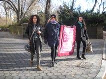 Les jeunes femmes heureuses arrivent au ` s mars, NYC, NY, Etats-Unis de femmes Photographie stock