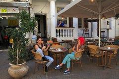 Les jeunes femmes israéliennes s'asseyant en café extérieur de rue, Tel Aviv, est Photo stock