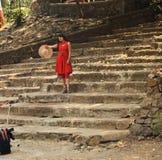 Les jeunes femmes marchant sur les escaliers dans Elephanta foudroient dans l'Inde de Mumbai photo stock
