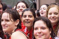 Les jeunes femmes ont l'amusement à l'ouverture de la fiesta Photo libre de droits