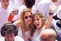 Les jeunes femmes ont l'amusement à l'ouverture de San Fermi Images stock