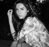 Les jeunes femmes posent extérieur Photographie stock libre de droits