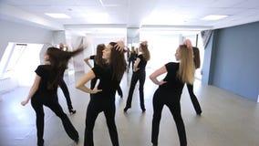 Les jeunes femmes répètent des mouvements de danse à l'école modèle clips vidéos