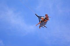 Les jeunes femmes se débarrasse sur le saut de bungee de SkyCoaster Image stock