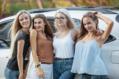 Les jeunes femmes se tenant près de la voiture Images libres de droits