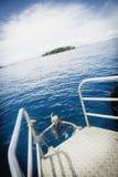 Les jeunes femmes snorkling dans l'océan tropical Photographie stock