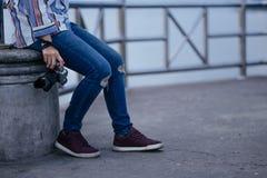 Les jeunes femmes tiennent l'appareil-photo seul se reposant avec le fond de mer image image libre de droits
