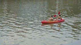 Les jeunes femmes vont chercher dedans le canoë-kayak, repos actif d'été dans la ville, la vie saine banque de vidéos