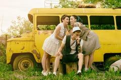 Les jeunes filles actives sont réservées et les hippies de type font se surpasser l'amusement Image stock