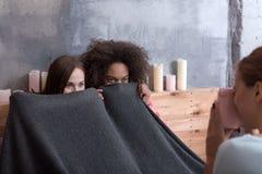 Les jeunes filles amusées posent pour son ami à la maison Image libre de droits