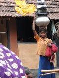 Les jeunes filles apprennent à porter l'eau Photos stock