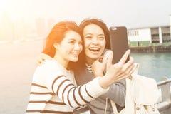 Les jeunes filles asiatiques prennent un selfie Photo stock