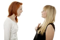 Les jeunes filles d'une chevelure rouges et blondes sont bouleversées Image stock
