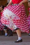 Les jeunes filles de la Californie exécutent dans une danse folklorique spécifique Images libres de droits