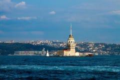 Les jeunes filles dominent, Istanbul, ville et mer, ciel bleu avec le nuage blanc Images libres de droits