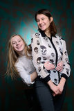 Les jeunes filles ont l'amusement dans le studio Image libre de droits