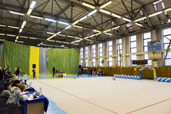 Les jeunes filles participent en concurrence de gymnastique Image stock
