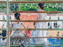Les jeunes filles s'asseyent sur la tribune photos libres de droits