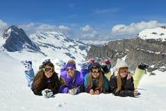 Les jeunes filles sont des surfeurs en montagnes Image libre de droits