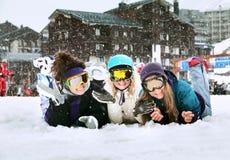 Les jeunes filles sont des surfeurs en montagnes Photo stock