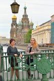 Les jeunes filles sont sur le pont italien à travers le canal de Griboyedov dedans images libres de droits