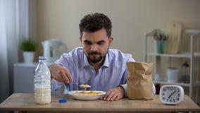 Les jeunes flocons mangeurs d'hommes simples traient avec dégoût dans le matin, nutrition de célibataire banque de vidéos